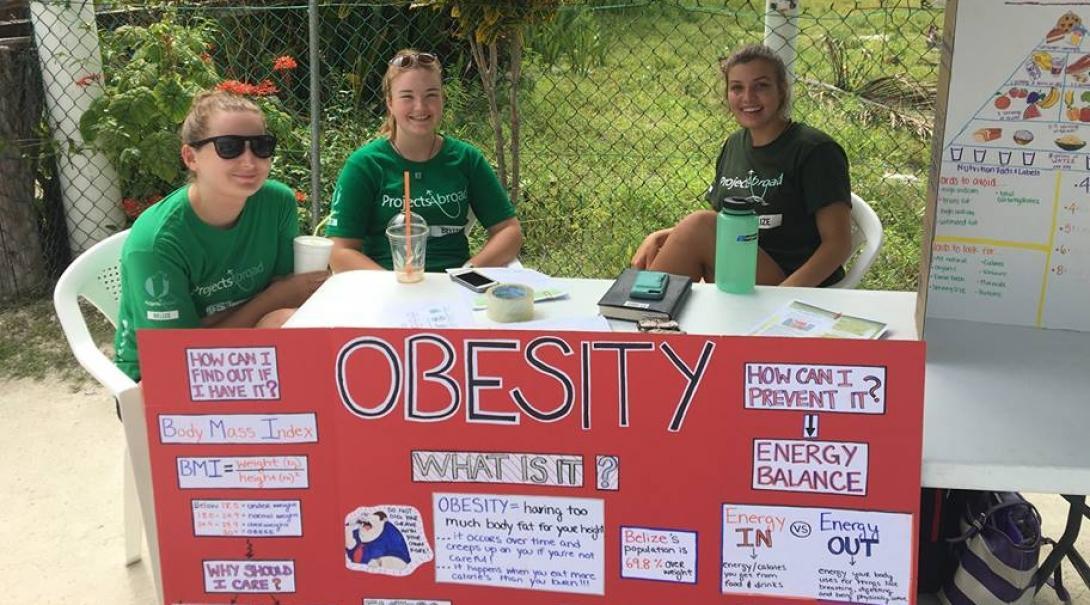 Internas de Salud Pública en Belice ayudando a concienciar sobre obesidad y nutrición.
